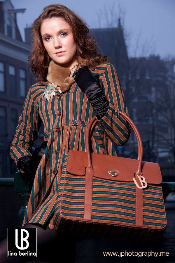 Sam Rinner is wearing a LB Lurik Babydoll Mantel in green and a Lady Bag in brown.
