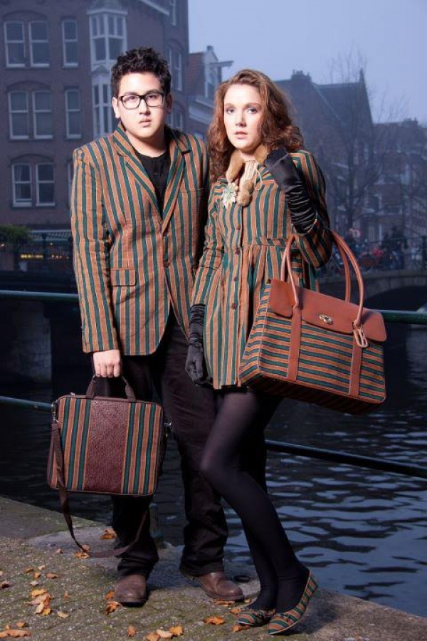 Shaka Calern is wearing a LB Lurik Suit in green and a matt Lurik mix laptop bag. Sam Rinner is wearing a LB Lurik Babydoll Mantel in green and a Lady Bag in brown.